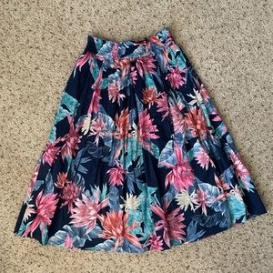 Midi skirt with side pockets.